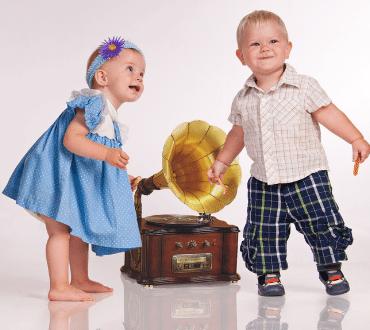 barn dansar till musik från en grammofon